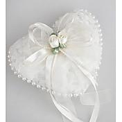 Обручальное кольцо подушки в гладких атласа с прекрасными цветами и жемчугом