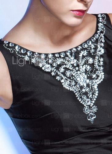 Аппликация из бисера и страз на груди.  Складки делают фигуру более утонченной.  Форма платья стройнит фигуру.